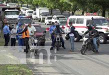 Tremendo susto se llevó motociclista al ser golpeado por camioneta en la Pista Suburbana