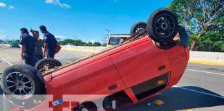 Aparatoso vuelco en carretera Nueva a León deja cuantiosos daños materiales
