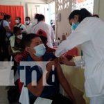 Personal de primera línea es vacunado