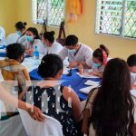 Mujeres granadinas reciben vacuna de inmunización contra el COVID-19