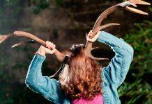 Mujer le crece un extraño cuerno en la cabeza, ¡cuidado con la queratina!
