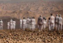 300 personas posan desnudas y pintadas de blanco para salvar el mar Muerto