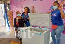 Protagonistas de procesamiento de lácteos reciben freezer en Carazo