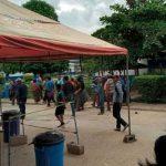Pobladores agreden a enfermeros y destruyen vacunas contra Covid en Guatemala
