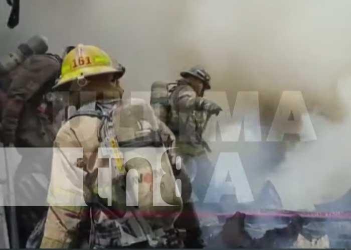 Bomberos trabajan para controlar incendio en el barrio San Judas