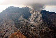 Uno de los volcanes más activos del mundo entra en erupción en Japón