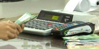 Persona contando dinero en Nicaragua