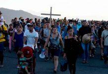Bajo un potente sol avanza caravana de migrante hacia EE.UU.