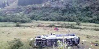 11 muertos y 12 heridos al precipitarse un autobús a un abismo en Ecuador