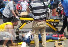 Brutal impacto de taxi catapulta a dos mujeres en Managua (VIDEO)