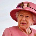 Por primera vez la reina Isabel usa un bastón en un acto público