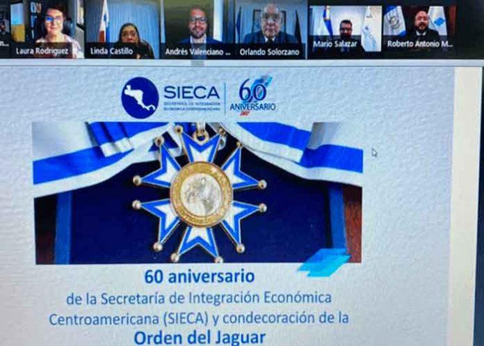 SIECA condecora a Orlando Solórzano