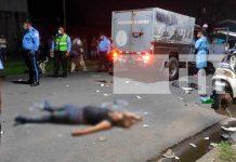 Mujer muere al estrellarse contra una camioneta