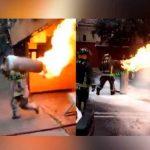 Bombero carga tanque de gas en llamas y evita explosión en un restaurante
