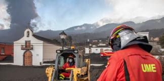 Unidad Militar de Emergencias (UME) limpian la ceniza volcánica