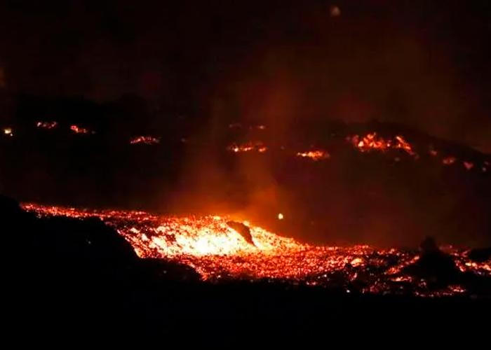 Tres coladas de erupción volcánica destruye hectáreas de la Isla