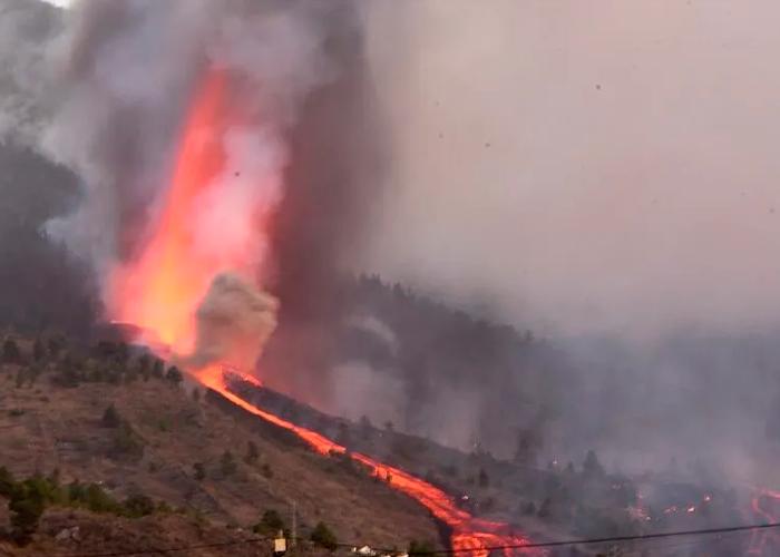 Primer colada del volcán en La Palma